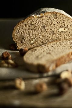 Wie es schmeckt: Bei diesem Brot werden selbst die Eichhörnchen neidisch! Mit Haselnüssen und Walnüssen schmeckt dieses knackige Roggenmischbrot nicht nur flink