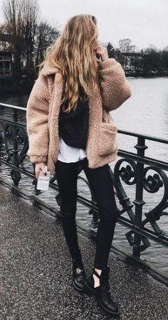 lässiges Outfit für den Herbst, warm und trotzdem elegant. Flauschige Teddy Jacke in Rosa für den Herbst als Kontrast zum schlichten Pulli Outfit.