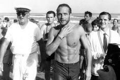 Paul Newman esce dal mare del Lido di Venezia, 1963