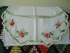 Pano de prato com bico de crochet e aplicações de rosas em crochet