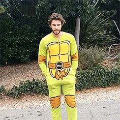 Liam Hemsworth does the ASL ice bucket challenge (click for video)