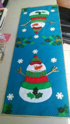 Could be made with wool or cotton fabrics. Christmas Table Cloth, Christmas Wood, Christmas Pillow, Christmas Projects, Christmas Decorations, Holiday Decor, Table Runner And Placemats, Table Runner Pattern, Quilted Table Runners
