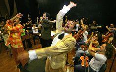 O ator Domingos Montagner, ao centro, durante ensaio do espetáculo infantil 'A…