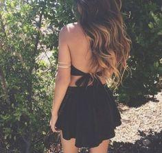 Vestido negro corto con la espalda descubierta