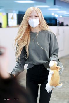 Image shared by chaennies. Find images and videos about rose, blackpink and rosé blackpink on We Heart It - the app to get lost in what you love. Korean Girl Fashion, Blackpink Fashion, Kpop Fashion Outfits, Casual Outfits, Korean Airport Fashion, Foto Rose, Kleidung Design, Lisa, Mein Style