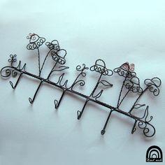 Wired hanger for keys  Léčivky  Tato podoba věšáku vznikla na přání zákaznice, podle mých zápichů echinaceí Má šest háčků na klíče, různě dlouhé (mohou být samozřejmě i stejné) a v horní části vznikl záhon echinaceí, mých oblíbených léčivek. Jsou obletovány čtyřmi motýlky.  Rozměry: šířka věšáku 34cm výška celého věšáku: 15cm výška echinaceí: 7- 9,5cm výška ...