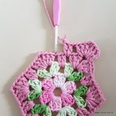 Neste passo a passo vamos aprender a confeccionar um belíssimo tapete com motivos hexagonais. Este modelo é super fácil e tenho certeza que você ficará muito Hexagon Crochet Pattern, Crochet Earrings Pattern, Crochet Squares, Crochet Motif, Crochet Designs, Crochet Doilies, Crochet Stitches, Free Crochet, Knit Crochet