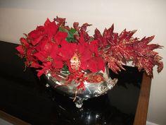 Arranjo em Peça de prata com Poinsettias vermelhas e borboletas (Natal)-3