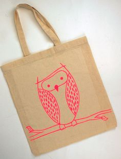 How to Make a Dylon a Canvas Bag is part of Canvas crafts Bag It seems like Summer is well and truly on it's way, so get those Summer clothes that have been hibernating at the back of wardrobes or - Jute Tote Bags, Canvas Tote Bags, Fabric Pen, Fabric Painting, 1st Grade Crafts, Owl Canvas, Bag Illustration, Craft Bags, Canvas Designs