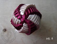 World of Filography: Verdrehter Artischockenball (Band) – Kurs – Decoração Geométrica Folded Fabric Ornaments, Quilted Christmas Ornaments, Christmas Origami, Beaded Ornaments, Handmade Ornaments, Diy Christmas Ornaments, How To Make Ornaments, Holiday Crafts, Fabric Balls