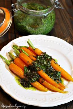 Také si občas koupíte svazkovou mrkev a pak si říkáte, že je škoda tu nať vyhazovat? Pokud je krásně svěží zelená, bez uvadlých stonků, je snad úplně nejlepší ji rozmixovat na pesto a jídla zmrkve sním pak doprovodit. Třeba tyhle mrkve glazované. Suroviny: na malou skleničku pesta: nať ze svazkové mrkve olivový olej (5 lžic …