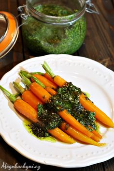 Glazované mrkve s pestem z mrkvové natě Carrots, Food And Drink, Pesto, Vegetables, Russian Recipes, Polish, Enamel, Carrot, Vegetable Recipes
