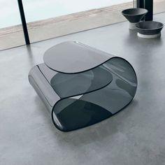 Mesa de centro Volup de cristal curvado.