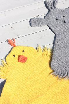 Oppskrift på strikket sitteunderlag-sau! Softies, Mittens, Christmas Diy, Knit Crochet, Diy And Crafts, Ravelry, Pikachu, Dinosaur Stuffed Animal, Kids Rugs