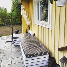 Det börjar likna nått! ✔️ grundmålad #pyssel #eupall #trall #stars #star #myhome #mydesign #myinterior #parasoll #soffa #uteplats #vaxduk #grill #plattor #skiffer #lantligt #vitt #hemmabygge #homemade #byme #rusta #öb #colorama #yellow #myhouse #flower #summer #lykta