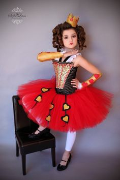 Maybe with red hearts on the tutu like this. Red Queen inspired coordinating crown *** Crown comes on 2 clips *** Red Queen Costume, Queen Of Hearts Costume, Fancy Dress, Dress Up, Queen Dress, Costume Carnaval, Robes Tutu, Mad Hatter Party, Fantasias Halloween