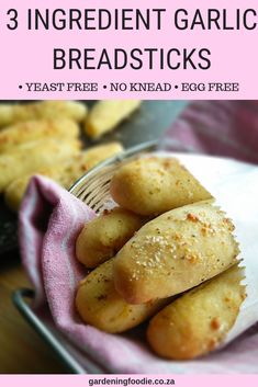 Yeast free and no knead, this 3 ingredient Garlic Breadsticks is one of my easiest and quickest bread type recipes ever. These are perfect for dipping in a roasted tomato sauce, cream cheese or even s Homemade Breadsticks, Homemade Garlic Bread, Garlic Breadsticks, Homemade Bread Without Yeast, Garlic Knots Recipe Without Yeast, No Yeast Breadstick Recipe, Vegan Bread Recipe No Yeast, Yeast Bun Recipe, Bread With No Yeast