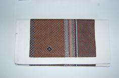 Cartera de mano marfil con doble tela estampada en tonos marrones y cierre de imán. Medidas aprox: 26x13cm. P.V.P: 25€.