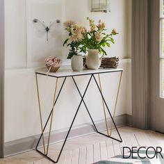 Harmonia perfeita entre o design delicado do aparador e os arranjos de flores