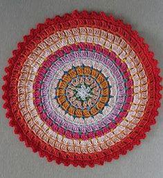 : Free crochet mandala pattern: Rosetta - in English or Dutch. Crochet Rug Patterns, Crochet Mandala Pattern, Crochet Circles, Crochet Round, Crochet Patterns For Beginners, Crochet Home, Crochet Crafts, Crochet Stitches, Crochet Projects