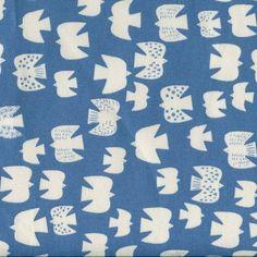 Ein frischer Wind komm bei diesem schönen, hochwertigen Baumwollcanvas im Nu auf.  Cremefarbige, schlichte Vögel tummeln sich auf dem Stoff und befügeln wirklich jedes DIY. Bunt, Kids Rugs, Quilts, Blanket, Pattern, Home Decor, Printed Cotton, Light Blue, Nice Asses