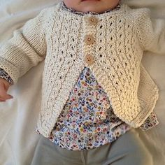 Ideas For Crochet Baby Sweater Unisex Cardigan Pattern Baby Sweater Patterns, Baby Cardigan Knitting Pattern, Baby Knitting Patterns, Lace Knitting, Baby Patterns, Crochet Baby, Knit Crochet, Knitted Baby, Brei Baby