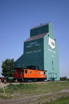 Grain elevators of Canada. Grain elevator WITH caboose. Agriculture, All About Canada, Canadian Prairies, Canada Eh, Train Pictures, Canadian History, Old Barns, Old Buildings, Alberta Canada