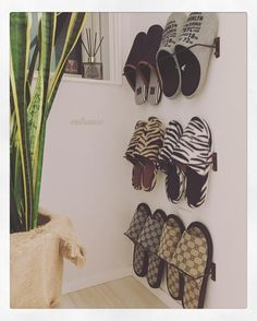 21 Genius Japanese Organization Hacks for Small Apartments These Japanese inspired home organization ideas are genius! Learn how to maximize extremely small spaces with these cool hacks. Refrigerator Organization, Home Organization Hacks, Bathroom Organization, Bathroom Ideas, Small Bathroom, Organizing Solutions, Modern Bathrooms, Organizing Ideas, Bathroom Interior