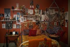 Tour Clary Fray's room from 'THE MORTAL INSTRUMENTS: CITY OF BONES' although I prefer the book I admire their design