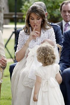Funny fhoto during the christening of infanta sofia King Queen Princess, Prince And Princess, Mother Daughter Pictures, Princess Of Spain, Spanish Royalty, Estilo Real, Spanish Royal Family, Royal Babies, Baby Royal