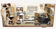 gr. herrschaftl. Puppenküche, um 1900, B: 1,11 m, T: 52 cm, H: ohne Füße 49 cm, möbliert, fest eingebaute Regale, reichh. Zubehör, Holz-, Blech-, Kupfer-, Porzellan- u. Keramikteile