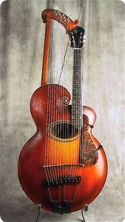 Gibson Style U 1919. Harpguitar, 6 string acoustic neck with 12 harp subbassstrings on a carved all-solid acoustic body. Maple back and sides, bound soundhole. Florentine shape scroll. Original case