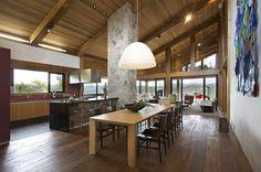 Nova Lima, Minas Gerais      Projeto do arquiteto David Guerra , essa casa de campo fica entre as montanhas de uma reserva ecológica em um...