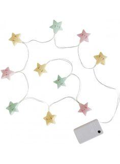 Süße Deko für's Kinderzimmer. A Little Lovely Company Lichterkette Sterne Pastell. Mehr Infos auf https://www.kleinefabriek.com/.