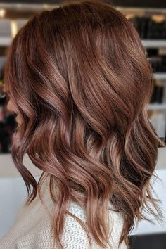 Rose Brown Might Be the Brilliant Brunette-Friendly Shade Youve Been Waiting For www.stylendesigns The post Rose Brown Might Be the Brilliant Brunette-Friendly Shade Youve Been Waiting For appeared first on Haar. Hair Color Ideas For Brunettes Balayage, Rose Gold Balayage Brunettes, Highlights For Brunettes, Hair Color Ideas For Brunettes For Summer, Subtle Highlights, Brilliant Brunette, Brown Hair Colors, Warm Hair Colors, Pretty Brown Hair