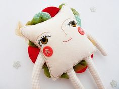 Veggie Veggie Sandwich is a little shy, but his tasty combination of hummus, organic tomatoes and fresh leafy greens makes everyone fall in love with his healthy heart, hes one of the stars of the menu of The Very Cozy Café!  His face is carefully embroidered on organic non-bleached cotton and her cheeks are made of bright coral felt. Ive used beige gingham fabric for his arms and legs, and red wool felt and matching mini pompoms for her little boots. His veggies are made of fabric and…