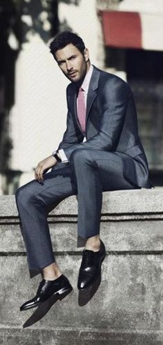 #men's #style not wrapped on the fleshy ankle with suit pants ... each to their own however have to say look is confusing as it negates the formality of this attire  in my view. Fantastic looking fabric and leaves me #desirous to touch :)