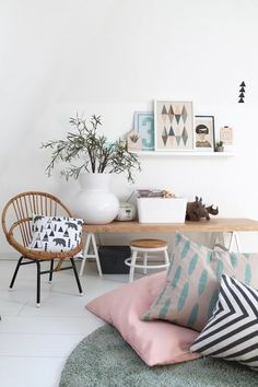 Sommerdeko, Gartenfreuden und Fernweh: der Juli auf SolebIch | SoLebIch.de #summer #summerinterior #interior #pillows #livingroom #green #pink #blue Foto: Britta bloggt