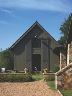 Owning a home comes with many added responsibilities, like painting the exterior of your house. When looking for exterior house … Mountain Home Exterior, Black House Exterior, Exterior House Colors, Gray Exterior, Modern Farmhouse Exterior, Farmhouse Design, Country Farmhouse, Farmhouse Rugs, Green Barn