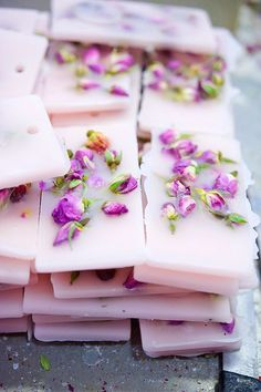 These beautifully decorated soy wax tablets, are not only gorgeous, but also used to scent areas like cabinets, wardrobes and drawers. Diy Savon, Wax Tablet, Diy Trend, Homemade Soap Recipes, Candlemaking, Scented Wax, Diy Candles, Home Made Soap, Handmade Soaps