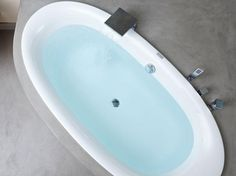 Cementová designová stěrka Microtopping v koupelně. / Cement-based design coating Microtopping in the bathroom.  http://www.bocapraha.cz/cs/znacka/17/microtopping-ideal-work-designova-cementova-sterka/