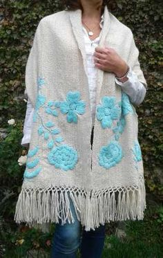Pashmina De Lana De Llama Tejida En Telar Bordada A Mano - $ 2.300,00 en Mercado Libre Embroidery Scarf, Embroidery On Clothes, Flower Embroidery Designs, Hand Embroidery Stitches, Baby Knitting Patterns, Crochet Patterns, Crochet Shawl, Crochet Lace, Flower Pattern Design