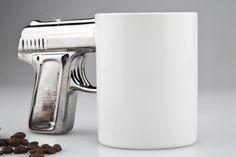 Dieser exklusive Kaffeebecher SHOOTER im Waffen - Look sorgt für gefährlichen Kaffeegenuss. Verschaffen Sie sich Respekt im Büro und präsentieren Sie Ihren Kaffee mit Stil und einem Hauch Coolness. Die in Gold oder Silber lackierte Pistole setzt stylishe Akzente zur schwarzen Keramik Tasse. Das praktische Griffloch bietet dabei optimale Haltung Ihres Getränkes und garantieren so einen sicheren Start in den Tag. Das perfekte Geschenk für echte Action - Fans!