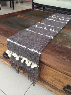 Emma - Almacén de cosas lindas: CAMINOS DE MESA Weaving Textiles, Tapestry Weaving, Loom Weaving, Hand Weaving, Macrame Wall Hanging Diy, Weaving Wall Hanging, Peg Loom, Creative Textiles, Weaving Projects