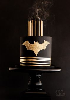 Create a memorable superhero party for your caped crusader with this sophisticated batman cake. Superhero party food and cake inspiration to compliment to the Bee Box Parties Superhero Collection. Pretty Cakes, Cute Cakes, Beautiful Cakes, Amazing Cakes, Fondant Cakes, Cupcake Cakes, Kid Cakes, Bolo Flash, Bolo Tumblr