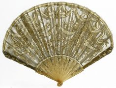 Eventail Pailleté, 1890. Feuille en tulle or rebrodé, monture en corne blonde.