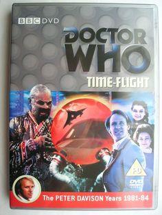 """""""Time-Flight"""" è l'ultima avventura della diciannovesima stagione della serie classica di """"Doctor Who"""" trasmessa nel 1982 con il Quinto Dottore, Tegan e Nyssa. Segue """"Earthshock"""" ed è composta da quattro parti, scritta da Peter Grimwade e diretta da Ron Jones. Immagine dall'edizione britannica del DVD. Clicca per leggere una recensione di quest'avventura!"""