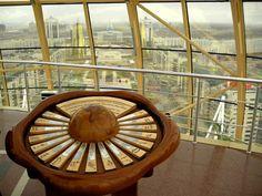 """La partie supérieure de la tour Bayterek Astana Kazakhstan a la forme du globe avec le diamètre de 22 mètres et le poids de 300 tonnes du verre, le """"caméléon"""" changeant la couleur en fonction de la lumière solaire.Dans la sphère, les signatures de toutes les religions symbolisant l'alliance pour un monde nouveau englobant tout les courants religieux en une seule NEW AGE"""