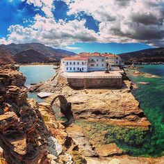 Elegant Chora village , at Andros island (Άνδρος) 👌. Beautiful & graphic island , with a lot of places to visit . Great capture by… Paros, Cyclades Islands, Mykonos, Andros Greece, Beautiful Buildings, Greece Travel, Greek Islands, Vacation Destinations, Belle Photo