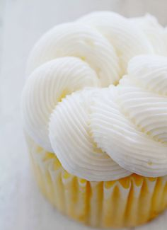 "How to Pipe ""Rope"" Frosting ~ http://iambaker.net"